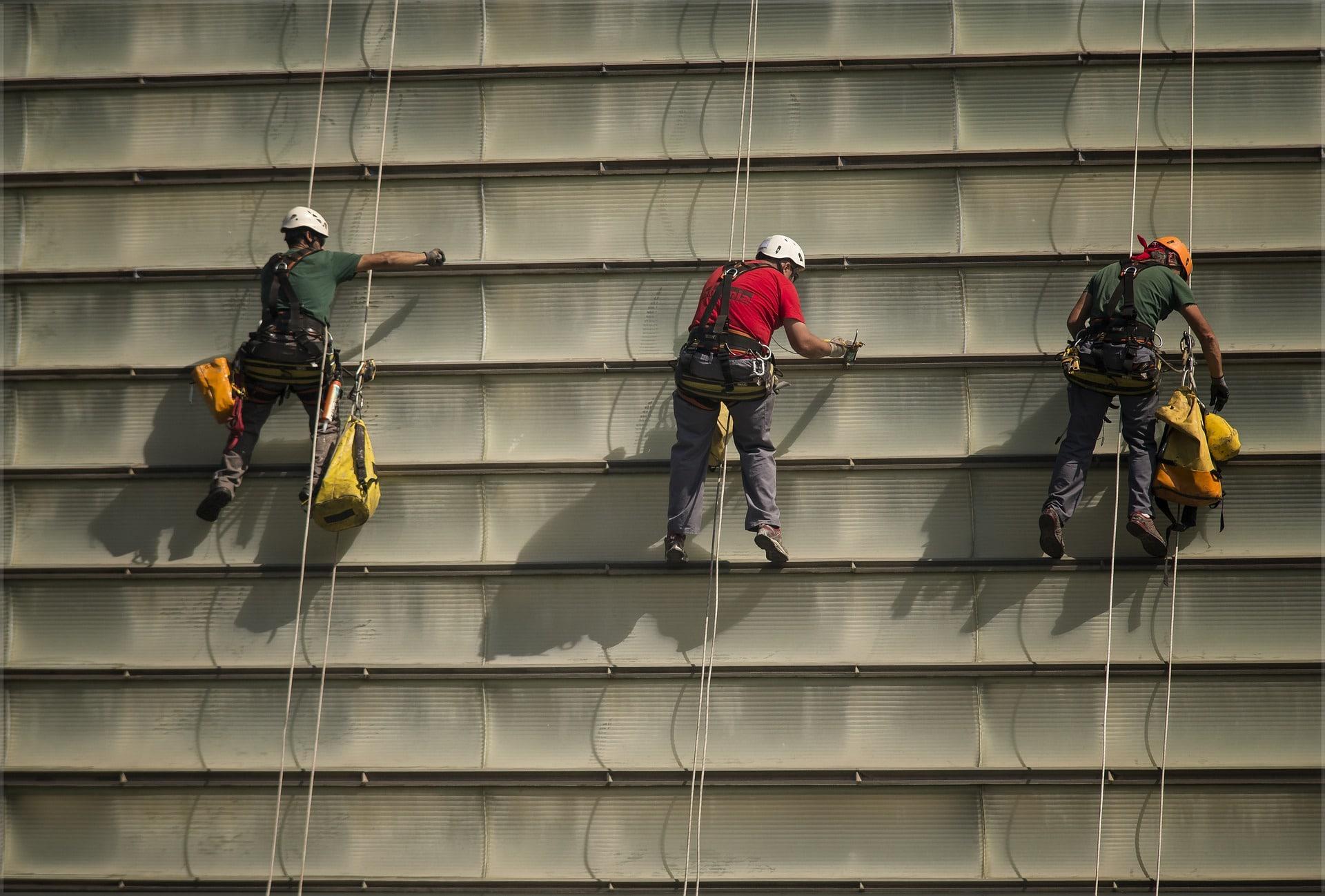 equipo anticaidas retractil en fachada