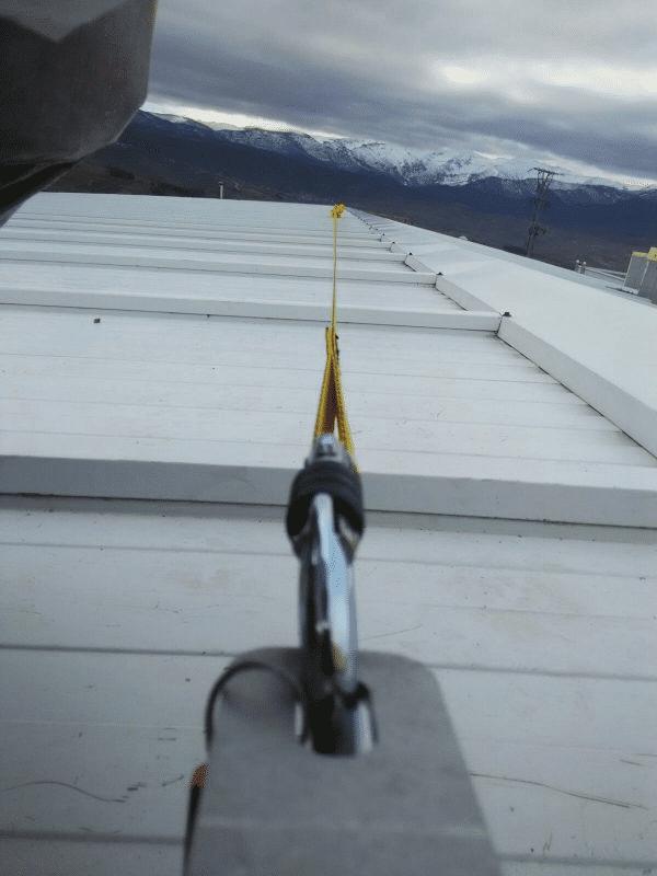 Fotografía línea de vida temporal horizontal sobre techo en Orion Seguridad