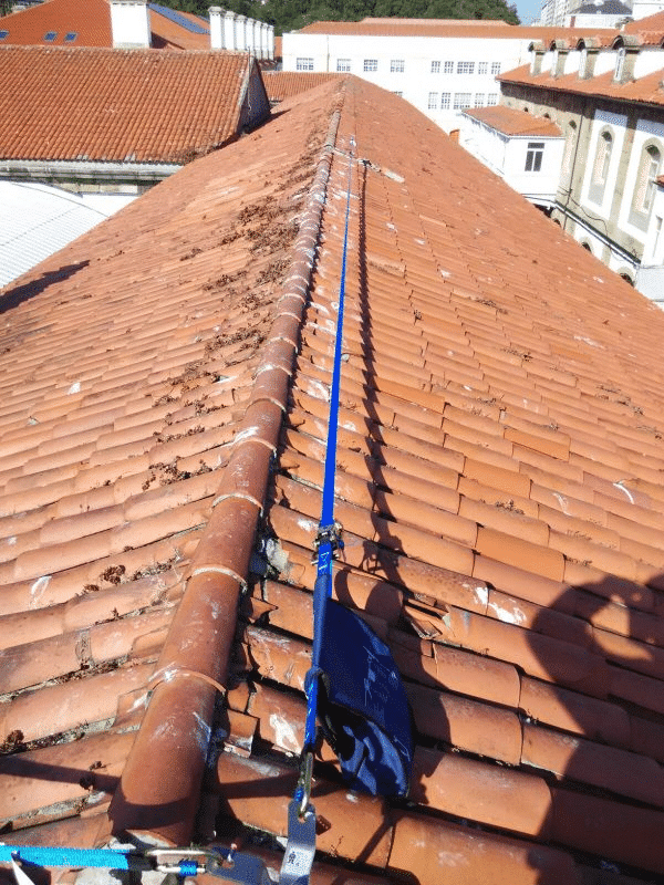 Fotografía línea de vida temporal horizontal sobre tejado en Orion Seguridad